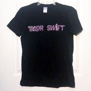 Taylor Swift  World Tour T shirt Size Small
